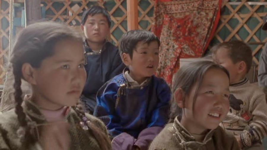 Dude y Ugna viendo televisión - La historia del Camello que llora