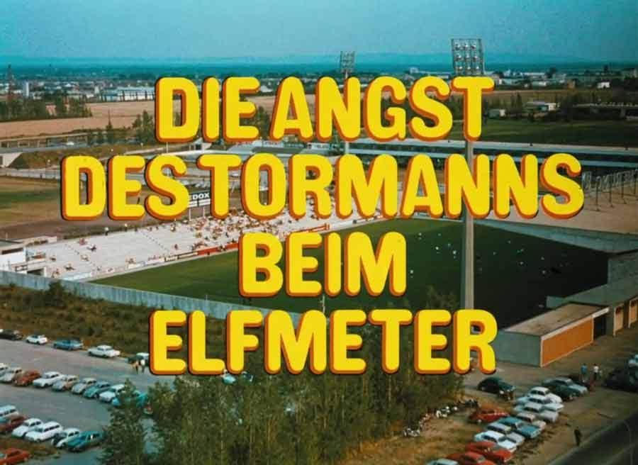 """El plano inicial de """"El miedo del arquero ante el penal"""", con la imagen del Bundesstadion Südstadt y la relación de aspecto 1.33:1 para televisión."""