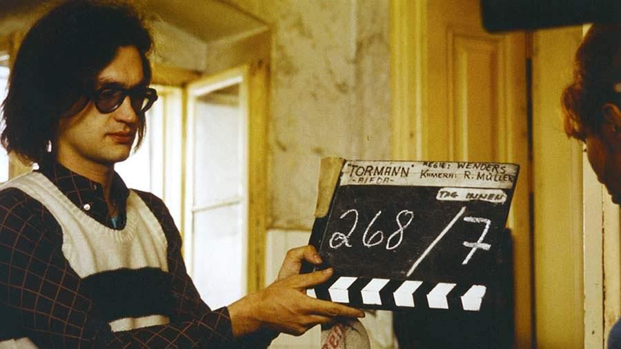 """Win Wenders con la claqueta durante el rodaje de """"El miedo del arquero ante el penal"""", junto a la actriz Kai Fischer."""