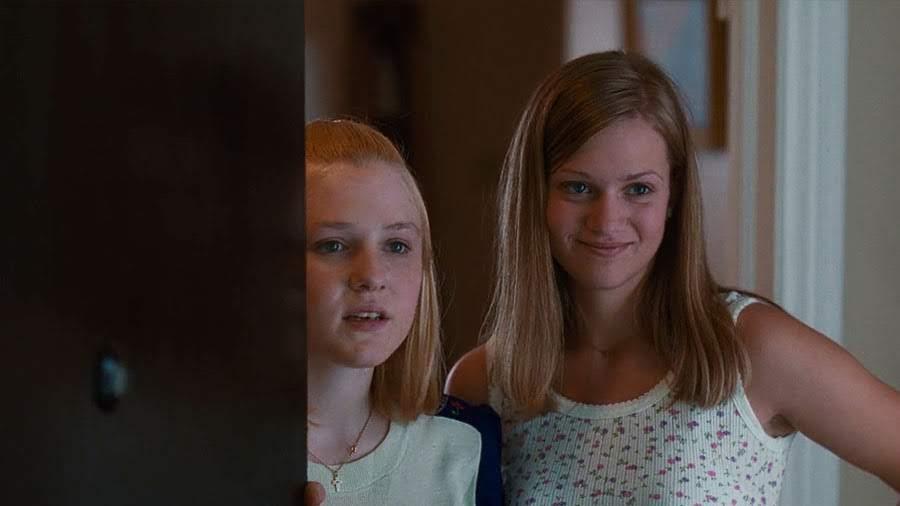 "Bonnie (Chelse Swain) y Mary Lisbon (A. J. Cook) | ""Las Vírgenes Suicidas"""