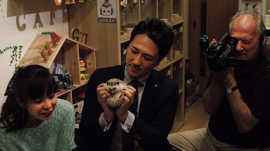 Mahiro, Yuichi Ishii y Werner Herzog con la cámara (Family Romance, LLC)