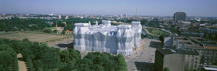 Christo y Jeanne-Claude, «Reichstag envuelto», Berlín, 1971-95. Foto: Wolfgang Volz © 1995 Christo. Mirada en altura al inicio de la Calle del 17 de Junio y la Puerta de Brandeburgo.