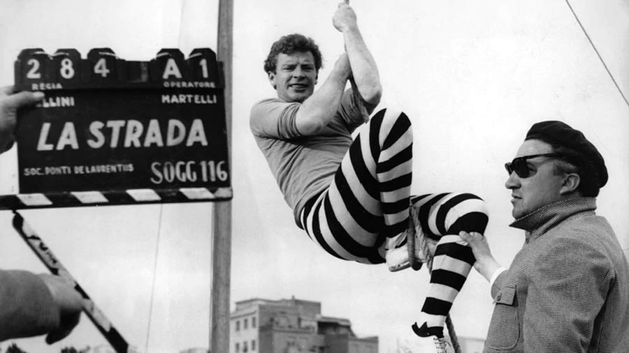"Fellini (a la derecha) filmando una escena con Richard Basehart   ""La Strada"""