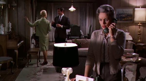 Lydia al teléfono (Jessica Tandy) en la escena en que reciben a Melanie para cenar
