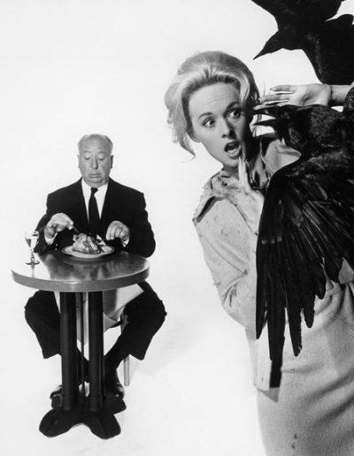"""Alfred Hitchcock y Tippi Hedren en una imagen publicitaria de la película """"Los Pájaros"""""""
